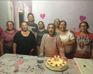 Silvanira, no aniversário de 83 anos. Ao lado dela, de branco, está Zenaide. Diva é a mulher de óculos e blusa rosa. Foto: arquivo da família.