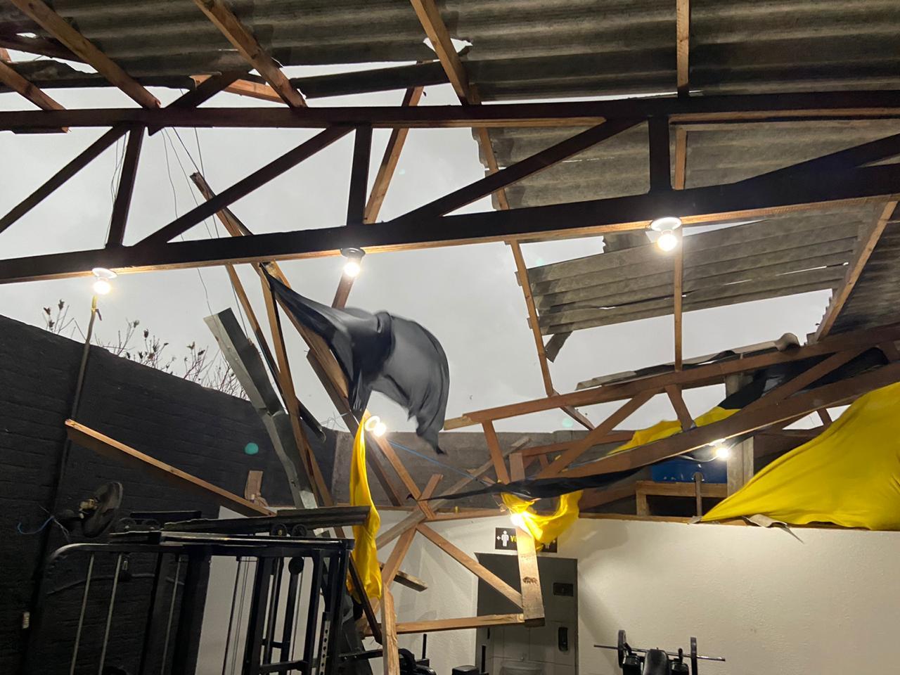 Trinta cidades no PR são afetadas por ciclone que trouxe granizo e ventos de até 120 km/h